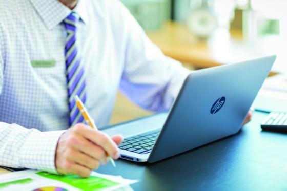 Man_using_HP_EliteBook_1020_in_the_office_verge_super_wide