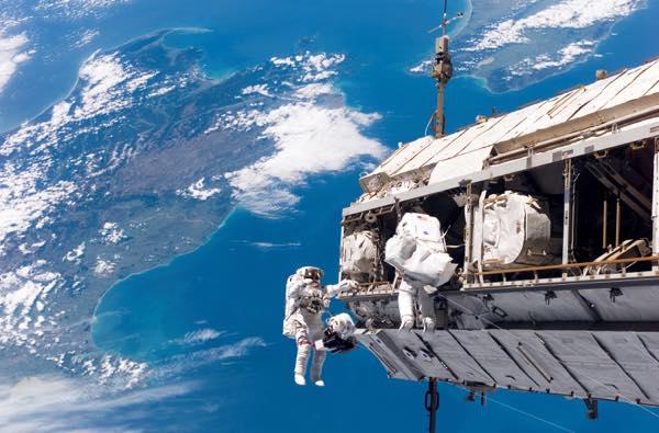 STS-116_spacewalk_1-1