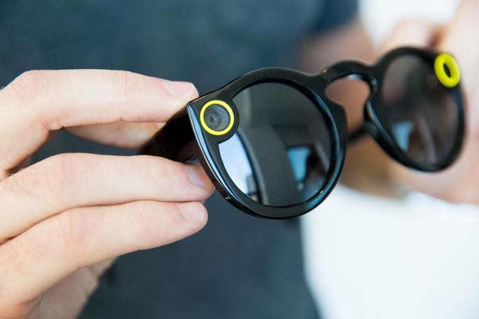 ... les Spectacles, à savoir ses lunettes connectées qui intègrent une  caméra. On peut alors filmer sans les mains et diffuser le contenu sur  Snapchat. 26134dd272c7