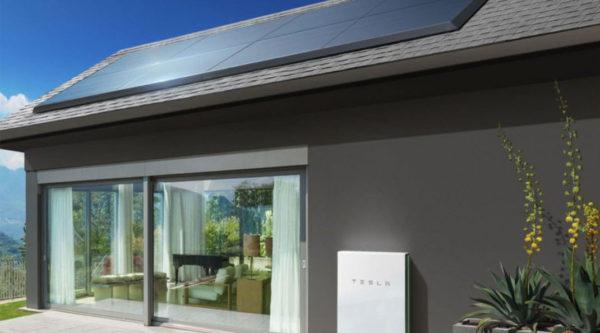 tesla vite les tuiles en d voilant des panneaux solaires placer sur le toit kulturegeek. Black Bedroom Furniture Sets. Home Design Ideas