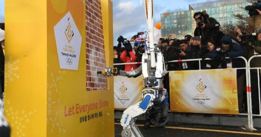 Le robot Hubo a porté la flamme olympique des prochains JO d'Hiver