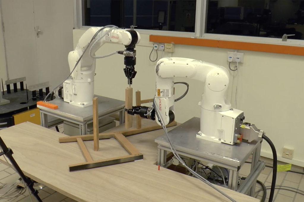 deux robots collaborent pour monter un meuble ikea kulturegeek. Black Bedroom Furniture Sets. Home Design Ideas