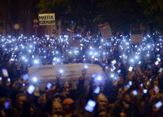 Manifestants taxe internet hongrie