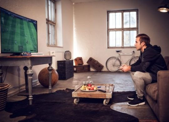 Samsung-Curved-TV-PES-2015-Mario-Götze-Pic-02