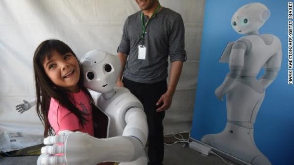 150622133225-pepper-robot-hugs-girl-large-169