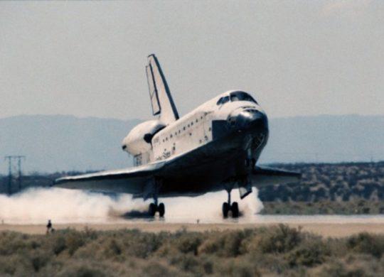 1313070-Atterrissage_de_la_navette_spatiale_Discovery_en_1994