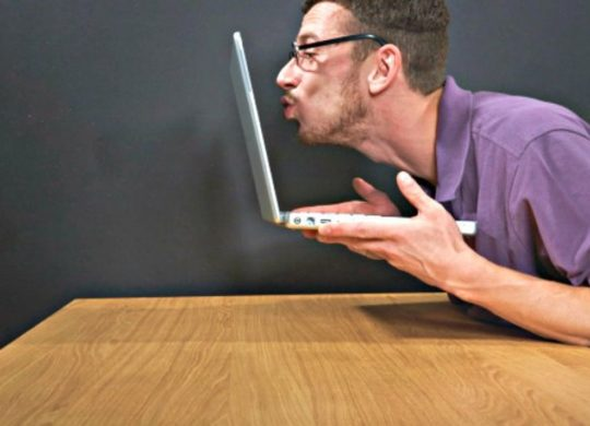 man-kissing-laptop_resultat