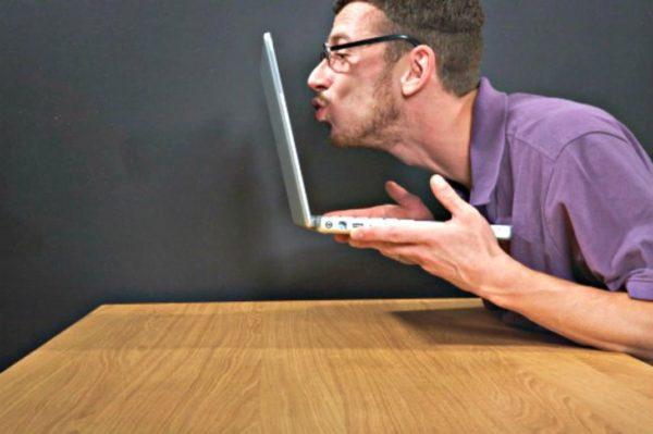 Man Kissing Laptop Resultat 600x399