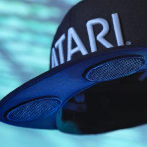 Atari présente Speakerhat, une casquette Bluetooth avec deux haut-parleurs intégrés dans la visière