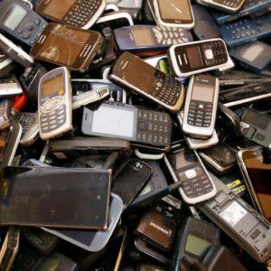 Certains smartphones émettent trop d'ondes quand ils sont portés près du corps, juge l'Anses