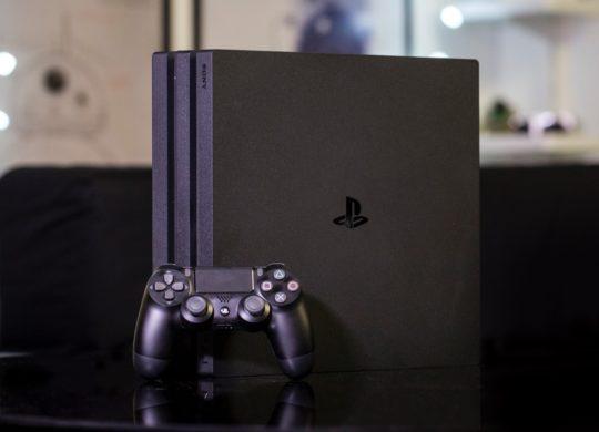 PlayStation 4 Pro Debout Et Manette