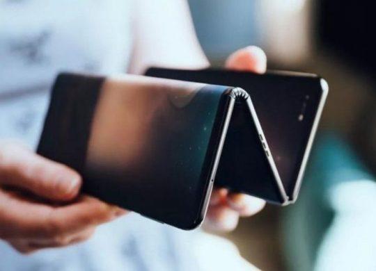 TLC smartphone pliable en trois