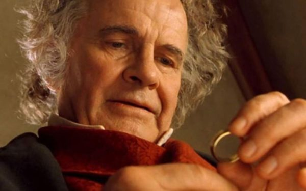 Bilbon Saquet Ian Holm 600x375