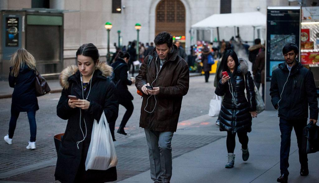 Passants Regardent Smartphones Rue 1024x588