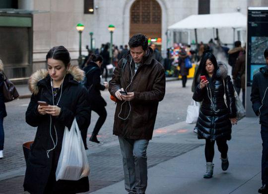 Passants Regardent Smartphones Rue