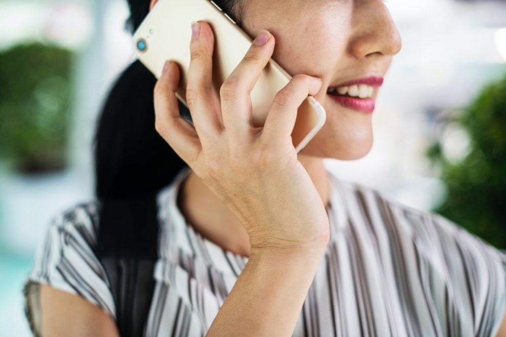 Femme Passant Un Appel Avec Un Téléphone Portable