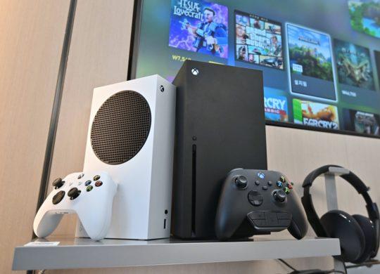 Xbox Series S et Xbox Series X et Manette Debout