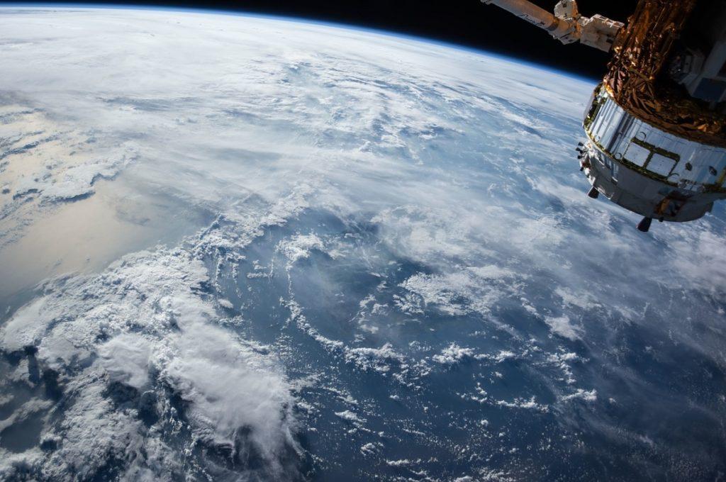 satellite dans espace avec sur la terre